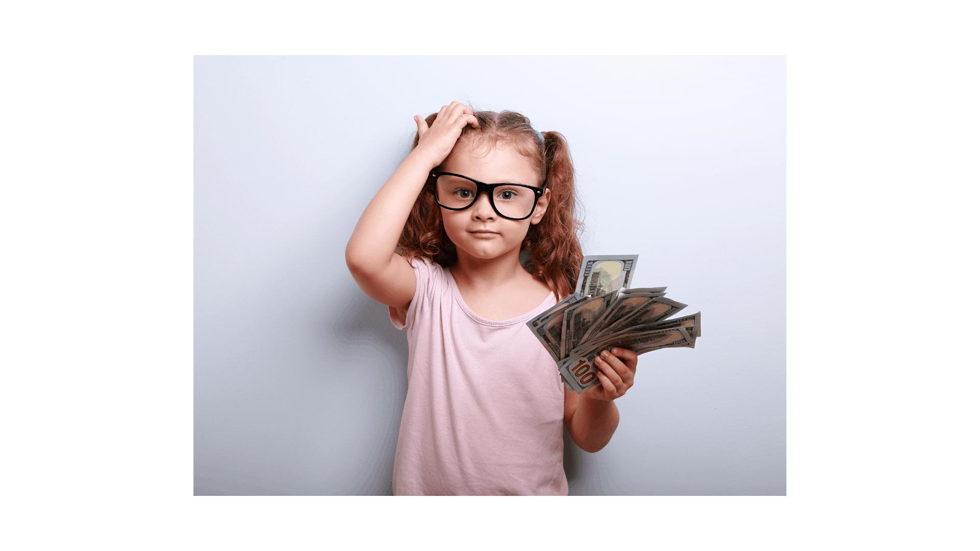 ילדה עם כסף חושבת